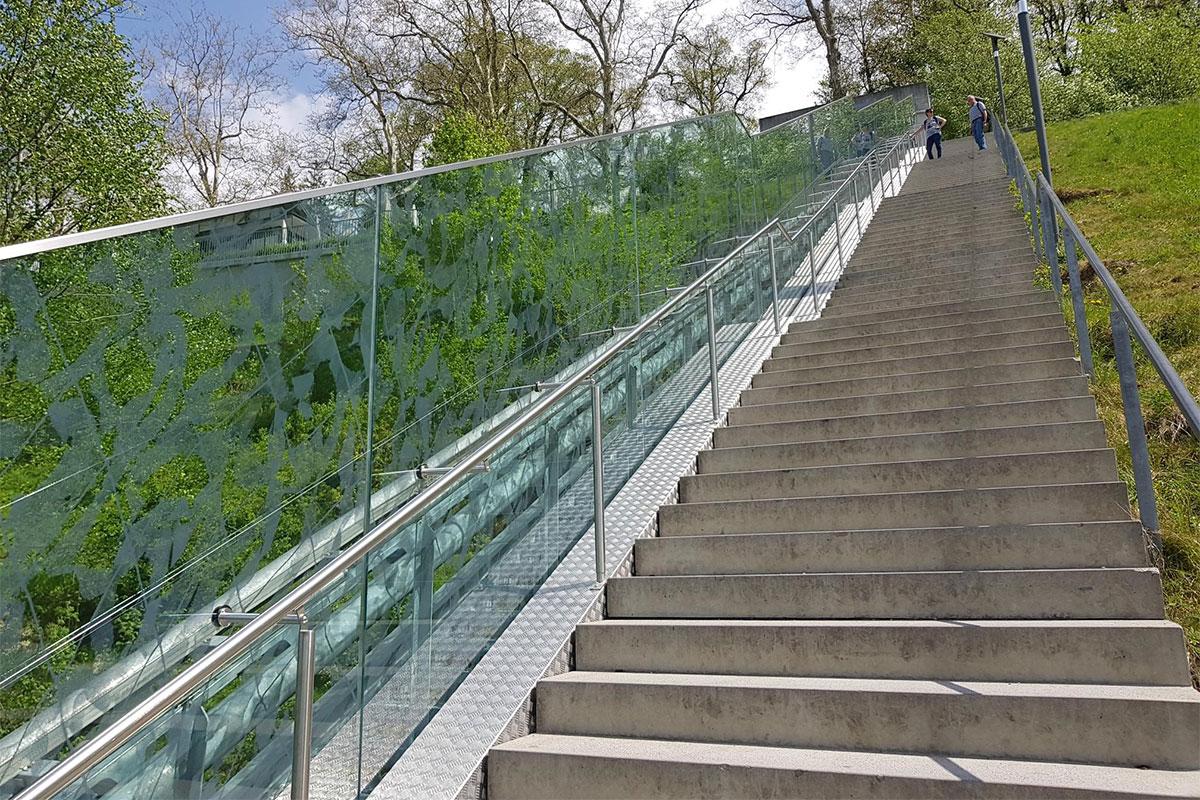CREATIVITY - Garde-corps tout verre paroi personnaliséé - Parc aux Ours Bern
